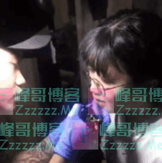 女大学生在嘴唇上纹男朋友名字,引起网友们纷纷热议:太年轻了