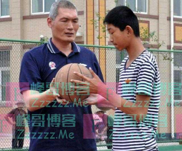 """山东""""小姚明""""横空出世,17岁身高2米17,如今遭CBA球队""""挖角"""""""