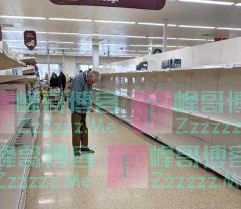 好凄凉:英国一位白发老人抢不过超市囤货人潮,黯然面对空空货架