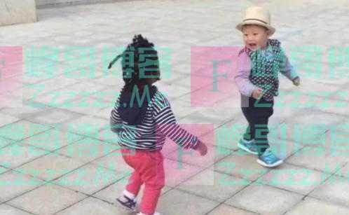 """3岁儿子偶遇""""黑人宝宝"""",边哭边喊:这黑不溜秋的是啥呀"""