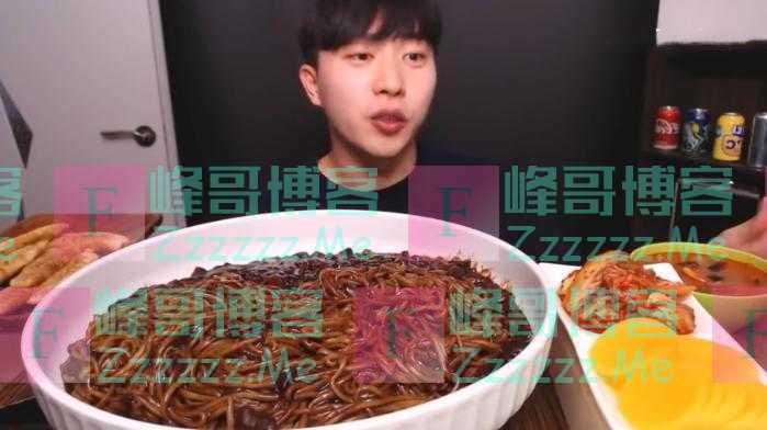 """大胃王吃1盆""""酱油面"""",镜头放大10倍穿帮,网友:我能吃5盆!"""