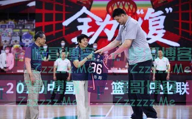 钟南山和CBA球员合影时,姚明让球员远离钟南山的动作被赞高情商