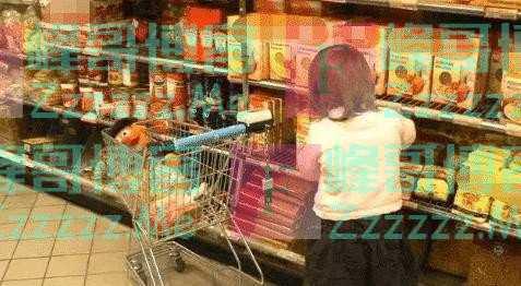 """宝妈带娃逛超市,拿""""空瓶""""结账被罚10倍赔偿,宝妈怒怼:下等人"""