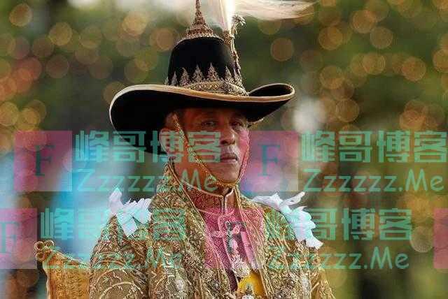 68岁泰王恣意引众怒,人们爆发不满情绪,抗议者穿小背心讽刺国王