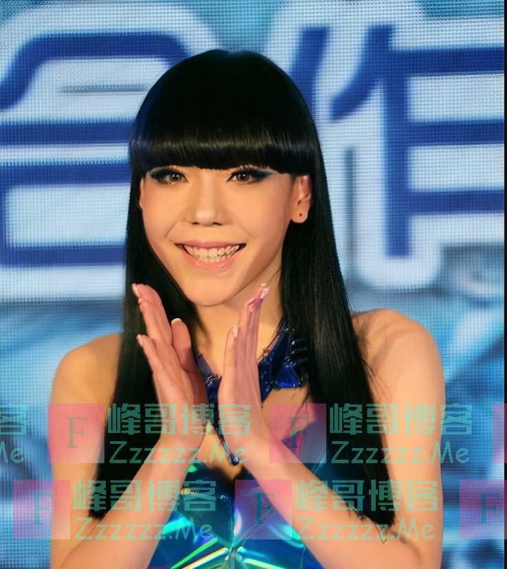 从1.3亿代言费到县城卖唱,消失2年的吴莫愁,究竟得罪了谁?