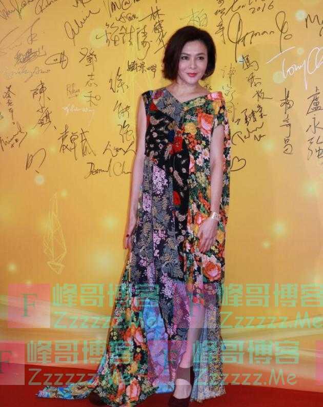 关之琳这身印花裙,也就她穿着不丑,普通人还是不要轻易的尝试了
