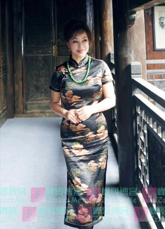 累死造型师!刘晓庆新剧再演少女,穿旗袍体态丰腴小肚抢镜显老态