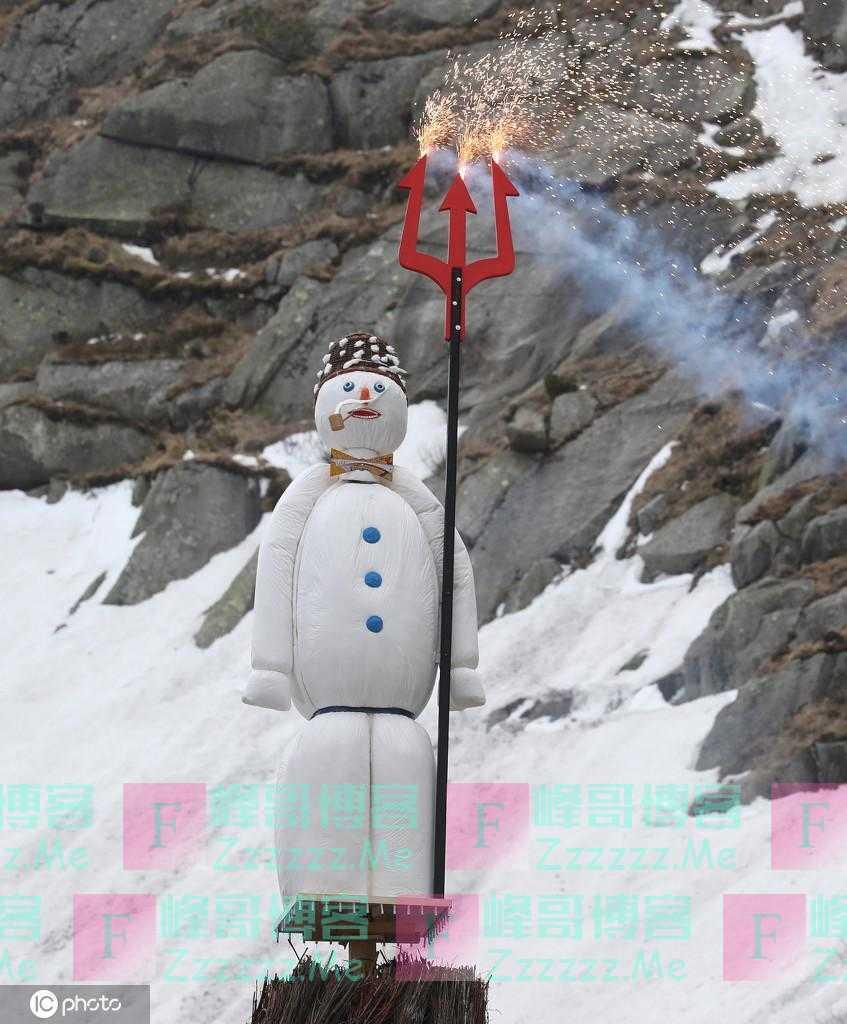 """瑞士首次在山区进行""""烧雪人"""",当地电视台全程直播"""