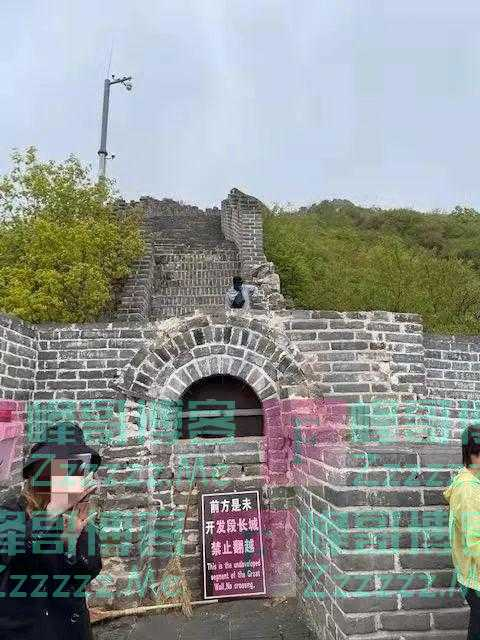 """两名外籍游客翻越长城,慕田峪长城景区将其列入""""黑名单"""""""