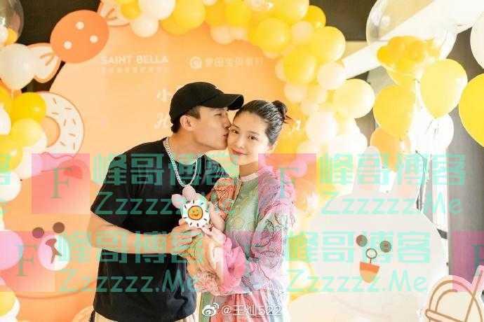 杜淳王灿为女儿办满月派对 晒一家三口合照画面温馨