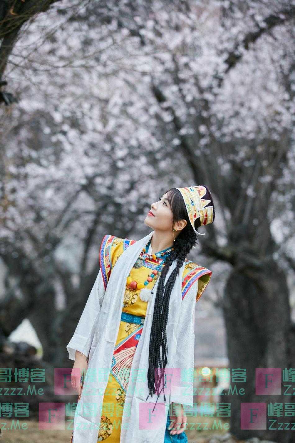刘涛身着民族服饰 桃花树下仰望天空