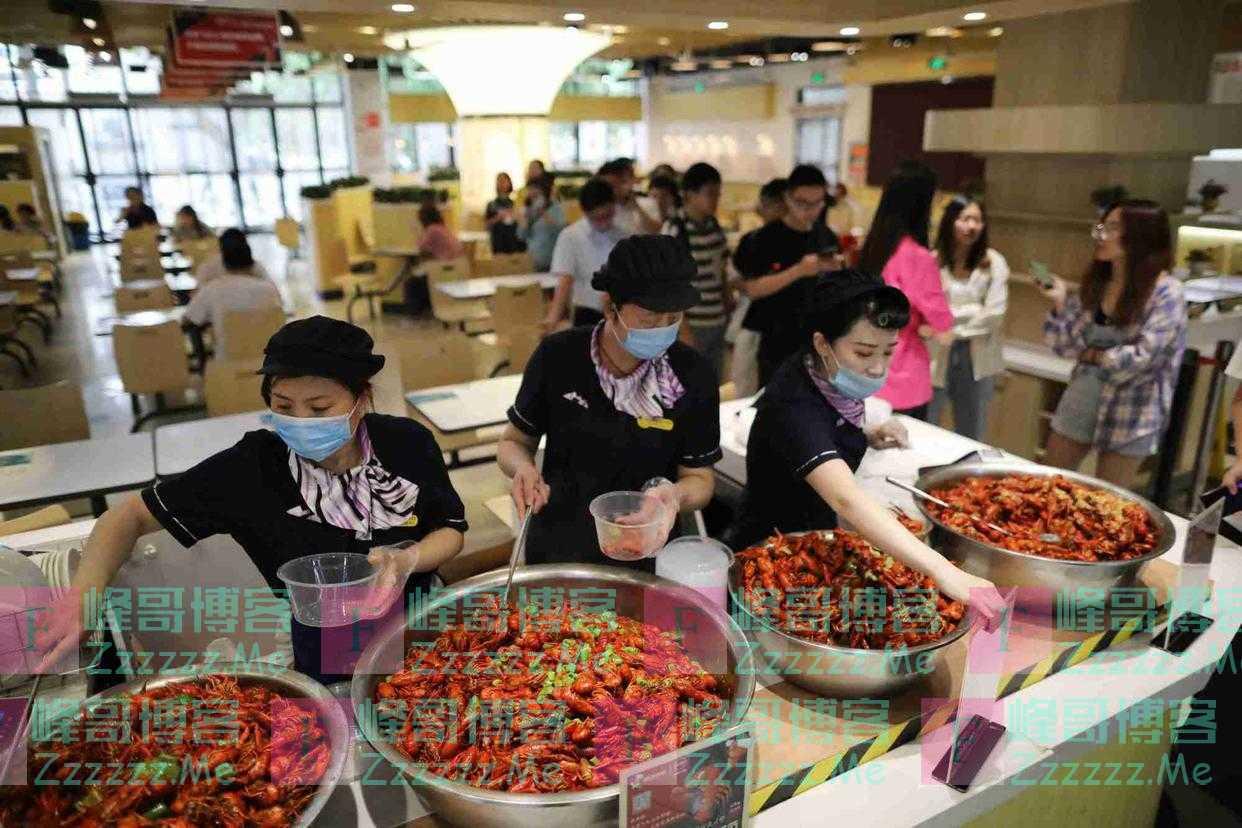 南京高校上线龙虾节 每日供应千斤龙虾欢送毕业生