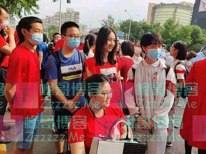 高考首日人大附中女生坐轮椅来送考:希望同学都考上清华北大