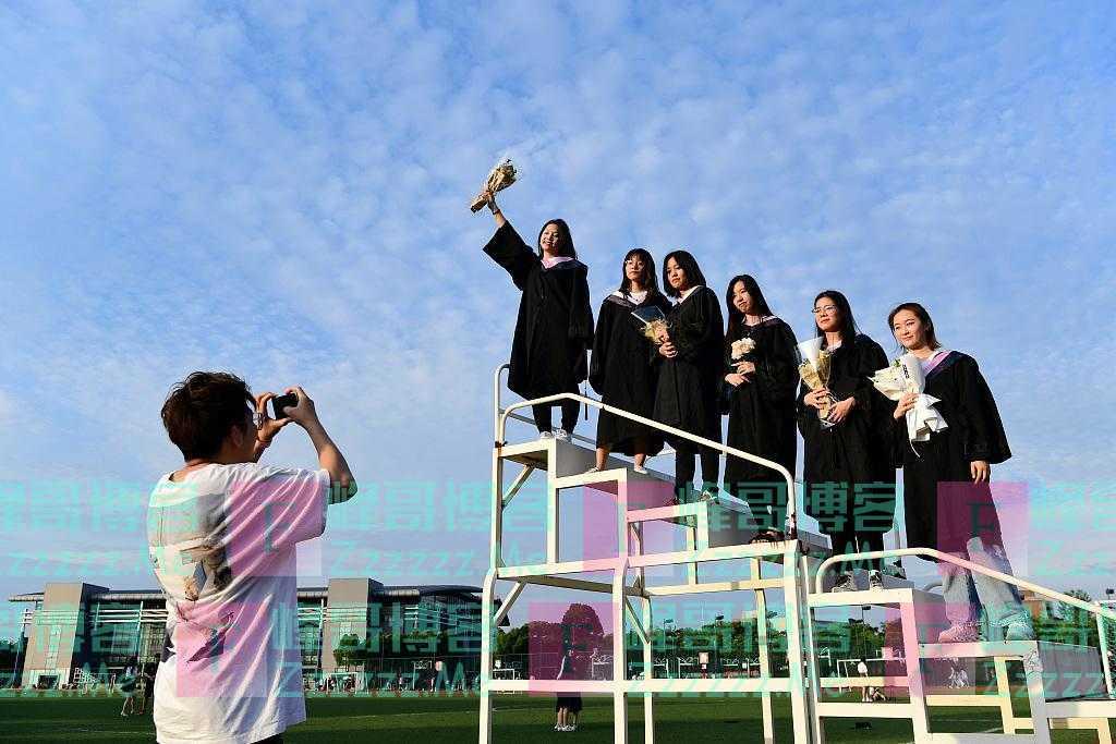 又是一年毕业季 大学生拍照留影致青春
