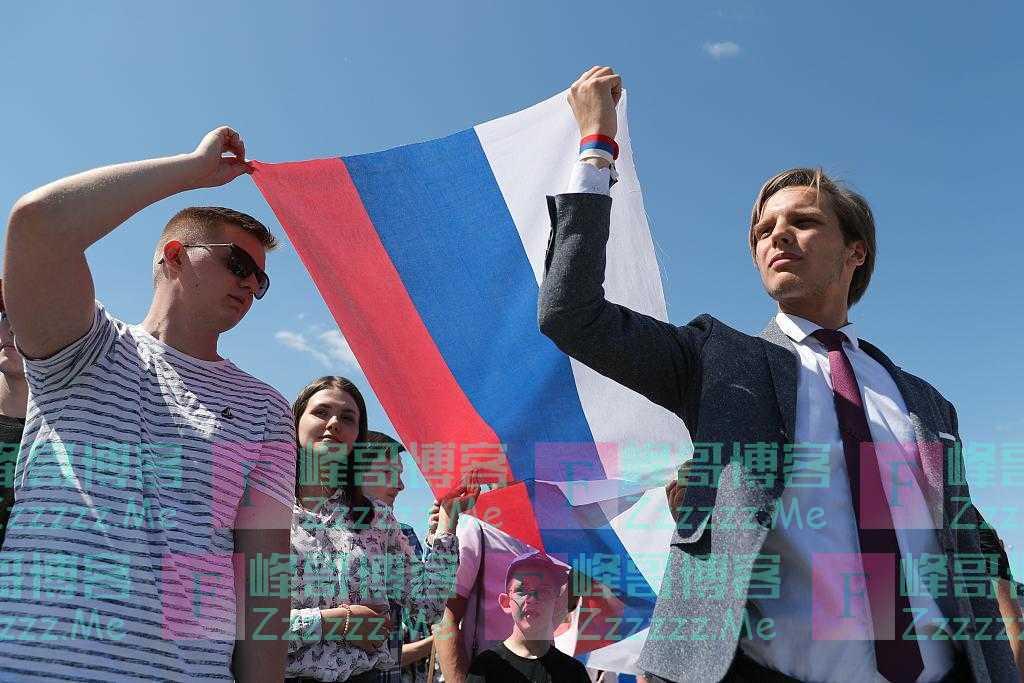 俄罗斯举行独立日庆祝活动 广场现巨幅国旗