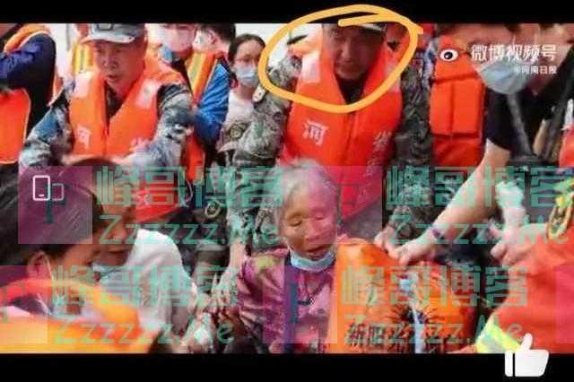 """网友在视频中发现的这位进行救援的""""战士"""",是不是将军?是!"""