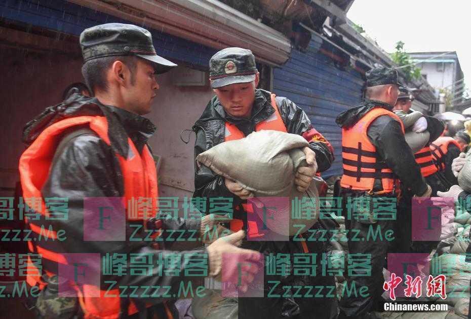 """台风""""烟花""""致浙江嘉善部分民房受淹 武警参与救援"""
