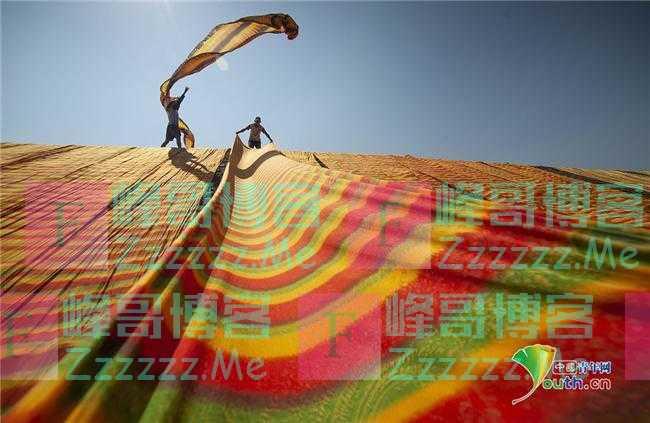 印尼工人山坡上晾晒彩色布匹 好似彩虹从天而降