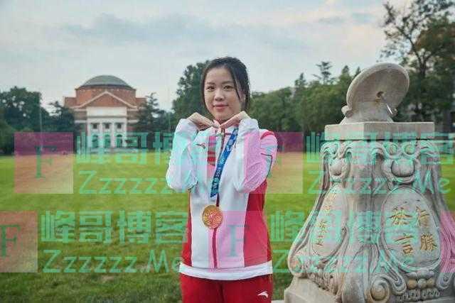 杨倩回清华大学参加欢迎会,赠学校领奖服还对同学比心