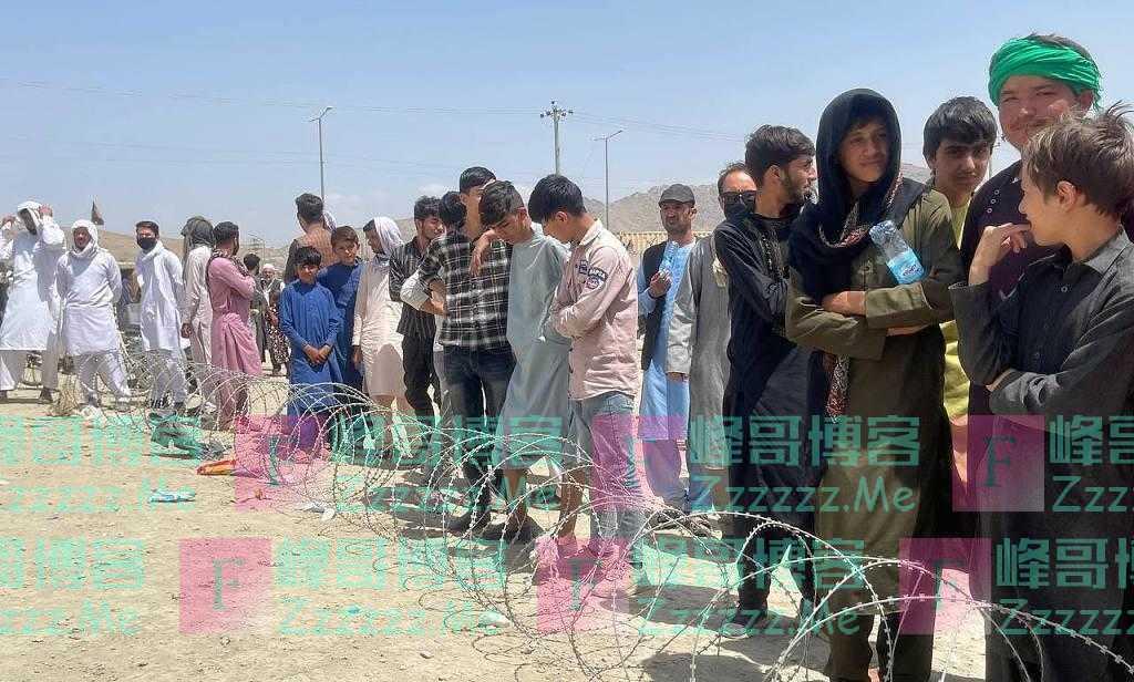 外媒:喀布尔机场外清晨排起长队 塔利班组织民众有序进入机场