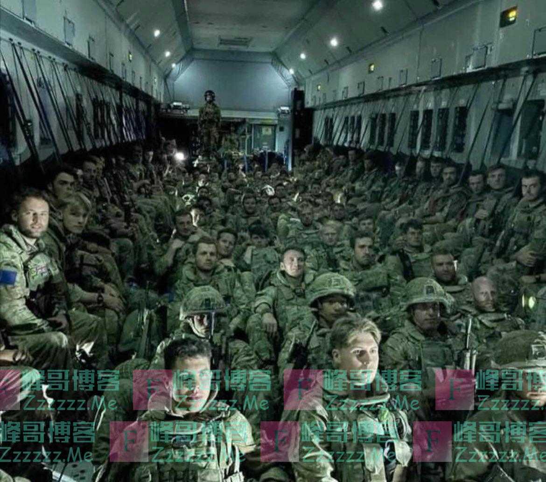 英军时隔20年完全撤离阿富汗 最后航班内部曝光:士兵挤坐地板
