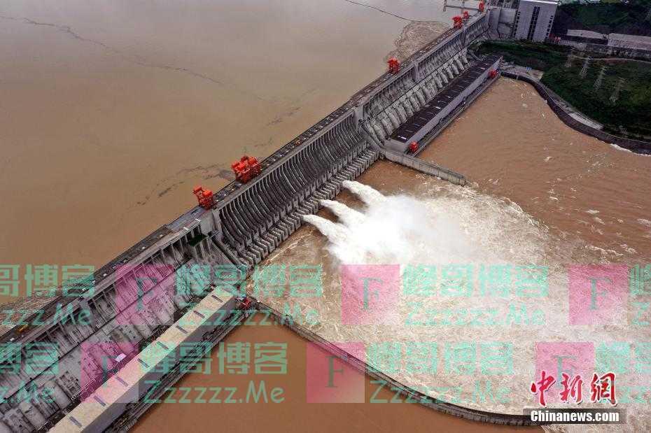 三峡水库加大下泄流量 开启三孔泄洪