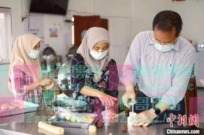 印尼中企两国员工月饼DIY(图)
