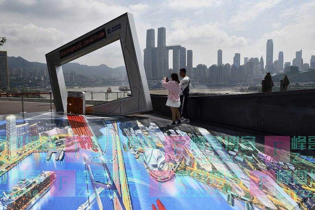 重庆弹子石老街裸眼3D画走火 众多游客前来体验拍照