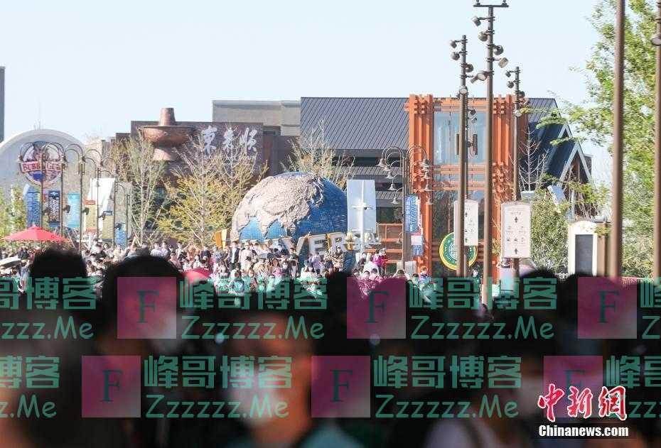 北京环球度假区中秋游人众多