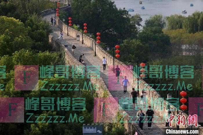 民众登上南京明城墙赏风景过假期